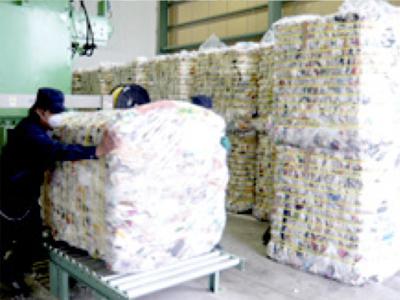 異物を取り除いた資源は、機械で圧縮した後、1メートル角に梱包します。
